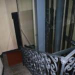 Dettaglio su ascensore in vano scale realizzato a Milano - 3