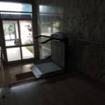Dettaglio su montascale a pedana realizzato a Gallarate - foto 11