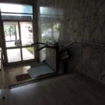 Dettaglio su montascale a pedana realizzato a Gallarate - foto 9