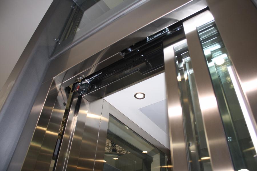 Dettaglio su porte piattaforma elevatrice realizzata a Gallarate - foto 1