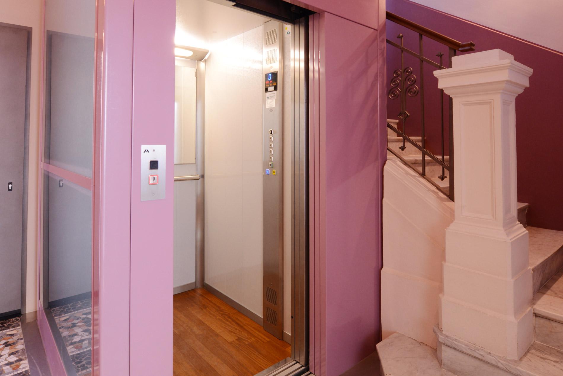Dettaglio su ingresso ascensore in vano scala