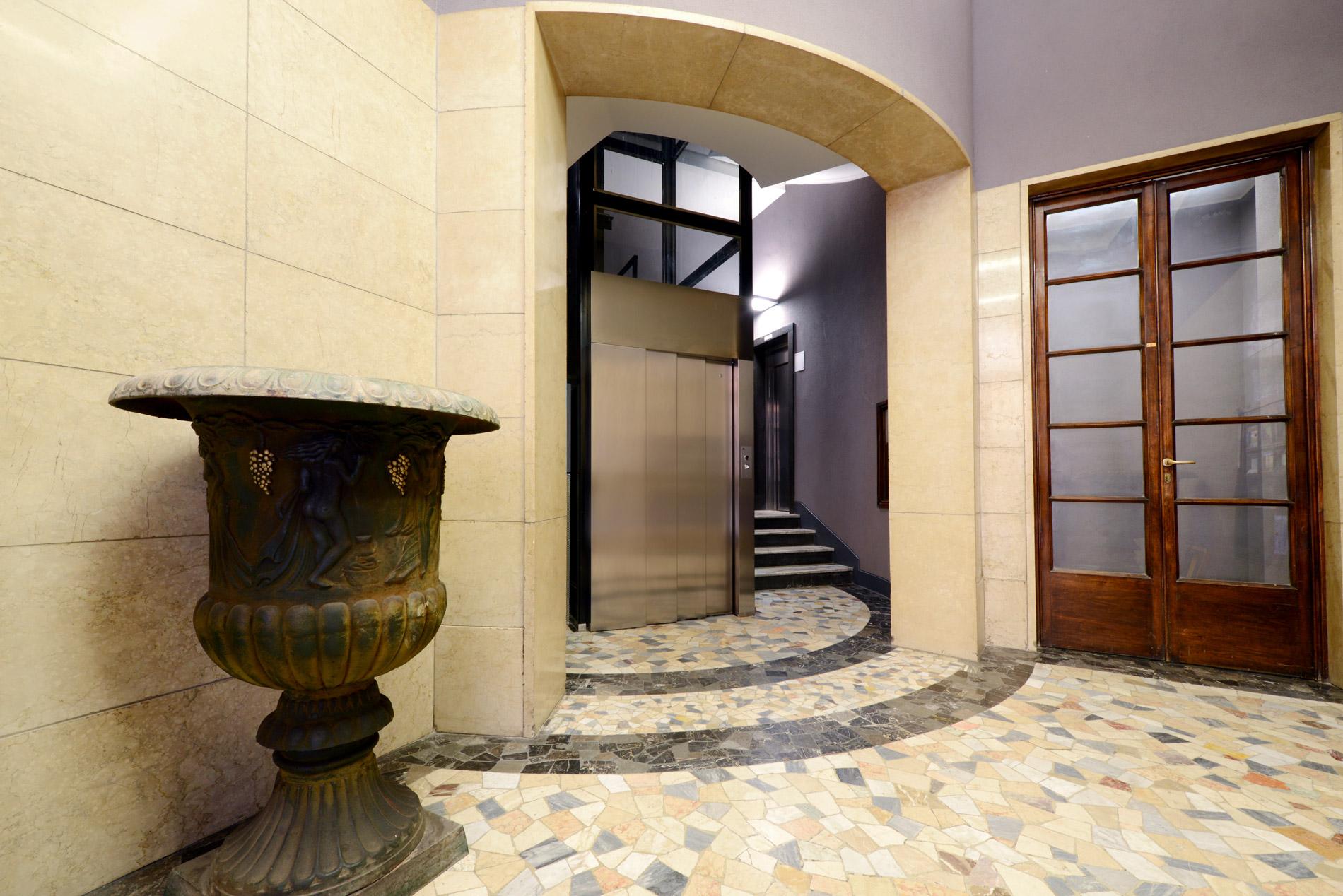 Ingresso ascensore in edificio antico