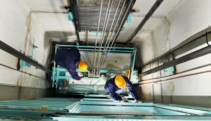 Tecnici che lavorano su un ascensore