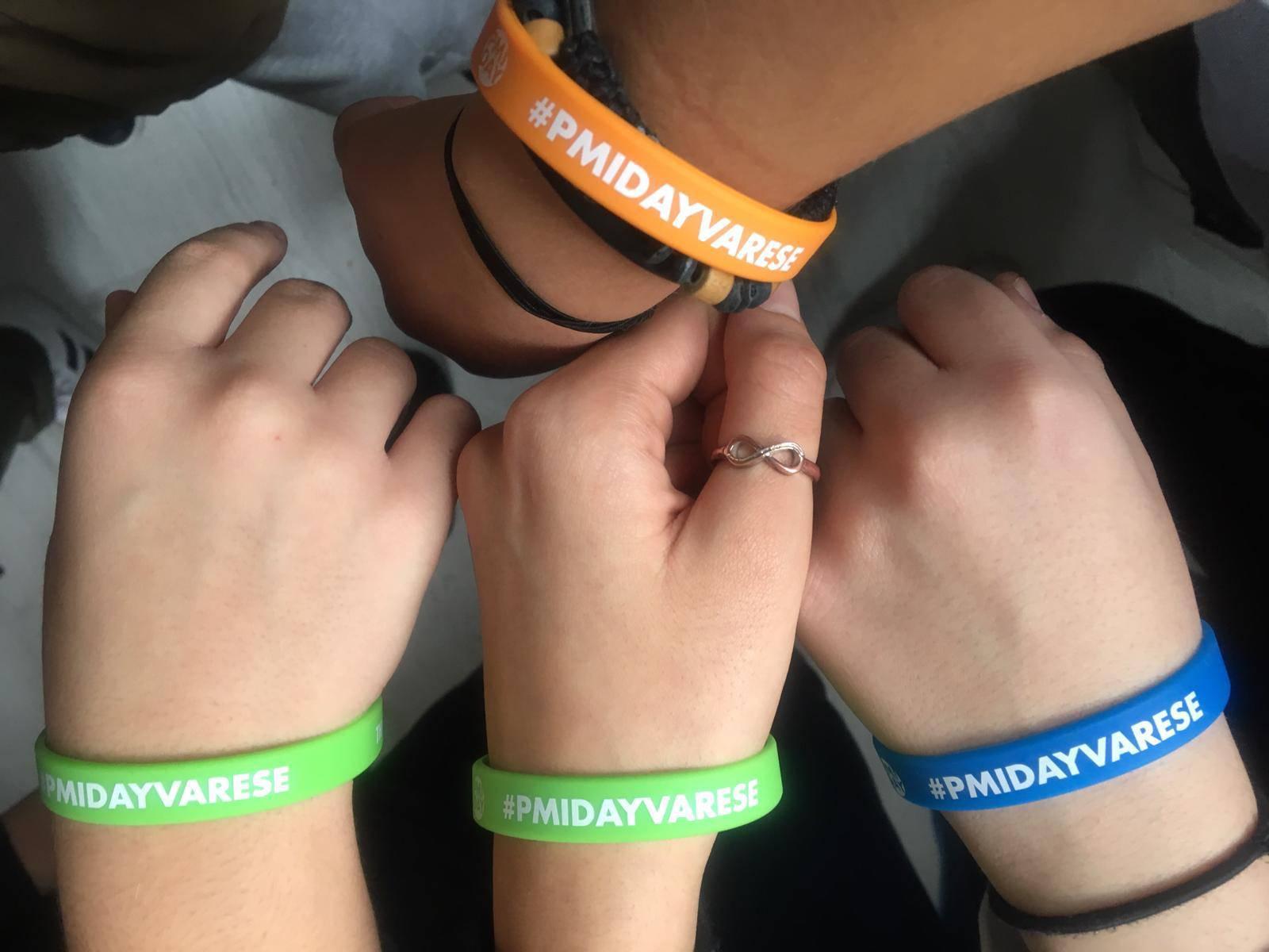Ragazzi coi braccialetti Amca Elevatori